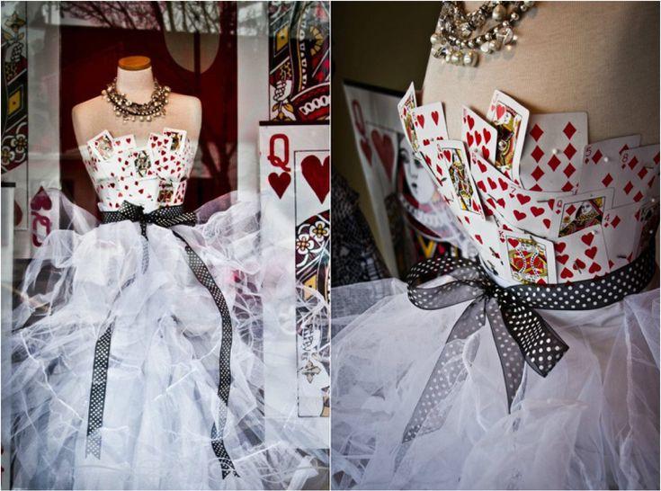 Herzkönigin Kostüm selber machen – Ideen für ein Kleid aus Spielkarten
