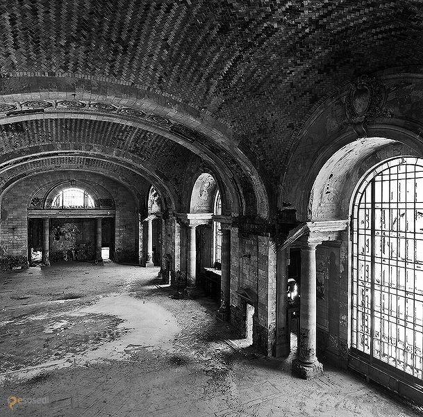 """Центральный вокзал Мичиган – #Соединённые_Штаты_Америки #Мичиган (#US_MI) Ничто не вечно под луной - заброшенное здание Michigan Central Station, самого высокого ж/д вокзала своего времени, является наглядным подтверждением истинности этого высказывания. Видок, конечно, у здания еще тот - не хватает только сталкеров или монстров из """"Метро 2033"""" для завершения картины... http://ru.esosedi.org/US/MI/1000074764/tsentralnyiy_vokzal_michigan/"""