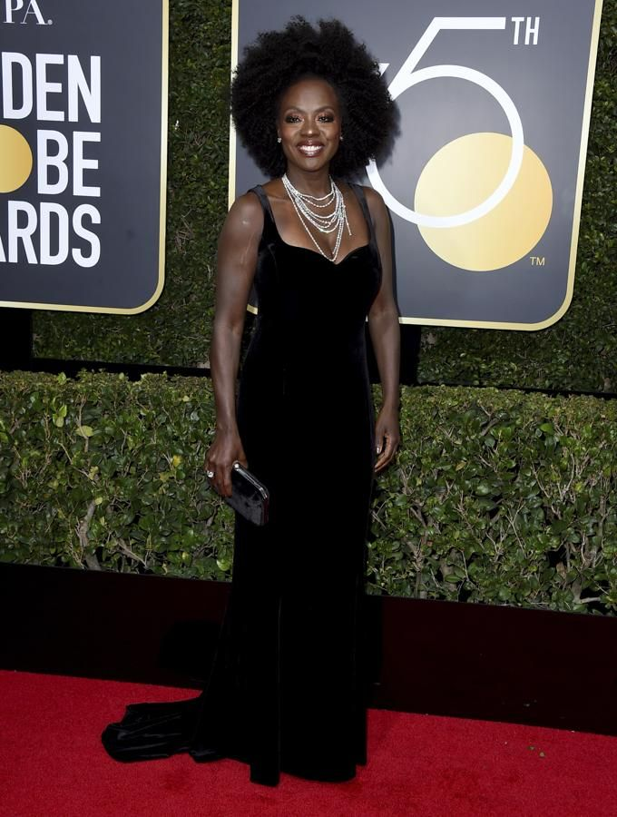 Viola Davis, con un look muy 'noventero' en terciopelo negro.