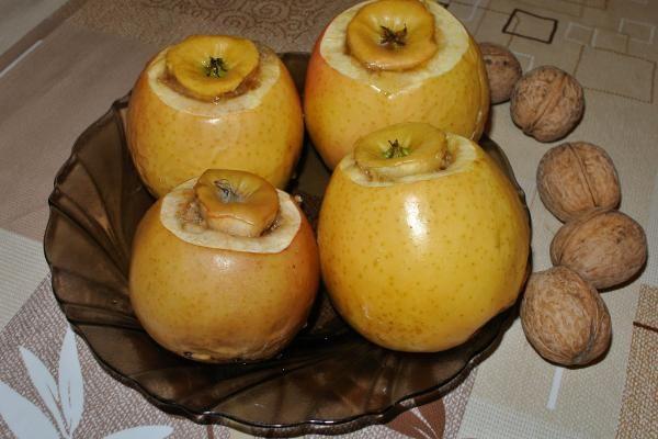 Запеченные яблоки с корицей, грецкими орехами и медом