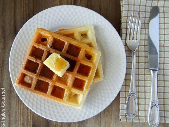 Vocês já comeram waffles? São deliciosos, não acham? Eles são feitos com uma massa parecida com a de pancakes, e assados em uma máquina de waffles (waffle maker), fazendo os quadradinhos típicos do…