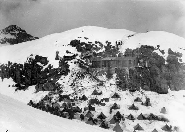 baracca e attendamento militare presso il Lago Scuro in Val di Genova