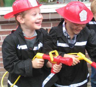 Organiseer thuis een brandweer feestje. Met de themakist van Kinderfeestje-Idee alle spullen in huis. Met spellen en een draaiboek. Kinderfeestje-Idee