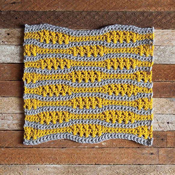 This free dishcloth crochet pattern uses a single crochet with intervals of crossed double crochet stitches to create a contracting and expanding effect.