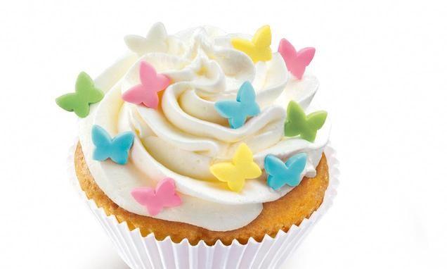 Frischkäse-Muffins mit Sahne-Frischkäse-Topping und Zucker-Dekor-Schmetterlingen