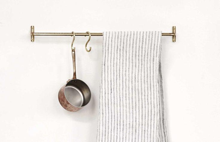Futagami var från början ett mässingsgjuteri som grundades i staden Takaoka, Japan. År 1897 lanserade de sitt eget varumärke under samma namn och började designa tidlösa föremål i solid mässing. Enkel handdukshängare med tillhörande mässingsskruvar. Krokar ingår ej.