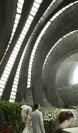 石の教会 内村鑑三記念堂:アーチから降り注ぐ陽光、自生する緑、石壁を伝う水。自然の神秘に包まれる空間で、純粋な誓いが交わされる