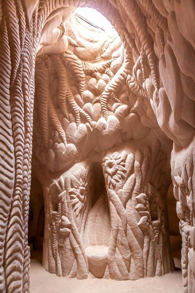 American artist Ra Paulette has spent the last few decades chiseling caves from sandstone mesas in Northern New Mexico.