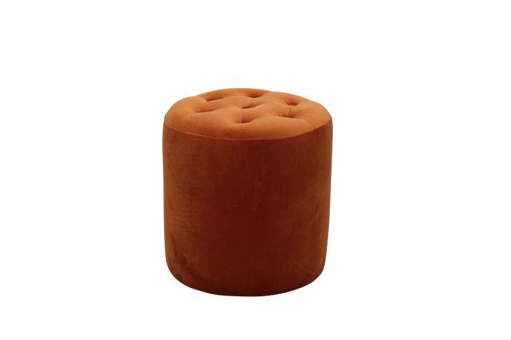 """Stomme i trä. Sits webbing. Ovanpå webbing är det en 28 kg polyeter överdragen med fiberfill. Klädsel i sammetstyg med en slitstyrka på över 30 000 Martindale. Dia 53 cm, höjd 45 cm. Vikt 10 kg. Läs om fraktavgiften under fliken """"Leverans"""". Vill du titta närmare på ett tyg och känna på kvaliteten innan du väljer klädsel? Mejla oss på info@ellos.se eller ring 033-33000 och beställ hem ett gratis tygprov! Ange det artikelnummer som står framför den färg du önskar."""
