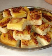 Συνταγή Γαλατόπιτα χωρίς φύλλο πανεύκολη: Γαλατόπιτα χωρίς φύλλο πανεύκολη Υλικά 2 λίτρα φρέσκο γάλα 2 φλ. ψιλό σιμιγδάλι 2 1/2 φλ. ζάχαρη 4 βανίλιες 4 αυγά 50 γρ. βούτυρο Για το γαρνίρισμα: ζάχαρη κανέλα Εκτέλεση Βάζουμε το γάλα να βράσει με το βούτυρο. Μόλις αρχίσει να βράζει ρίχνουμε το σιμιγδάλι, ανακατεύοντας με σύρμα για να μην[...]