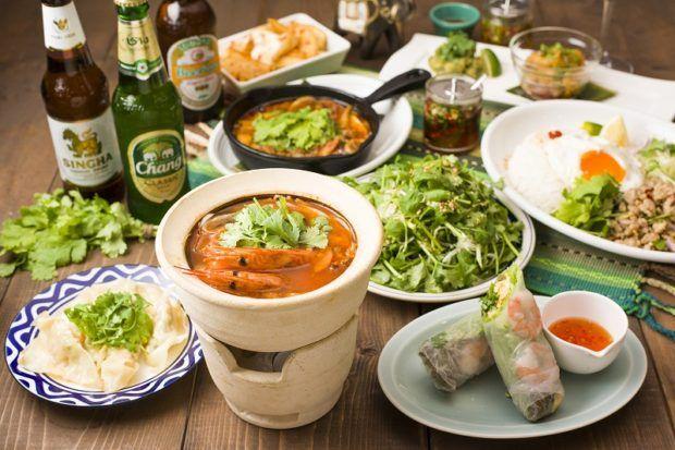 《 新宿 》独特な香りと味が癖になるパクチー。最近以前に増して人気が高まってきていますね◎そんなパクチーをメインにした「Pak-chee Village(パクチービレッジ)」が新宿にOPENしました!タイ・バンコクの屋台をイメージした店内なので、アジアを旅しているような気分でわいわいしながらパクチー料理を味わってみてはいかがでしょう?  食べても飲んでもパクチー!パクチーって奥深い!