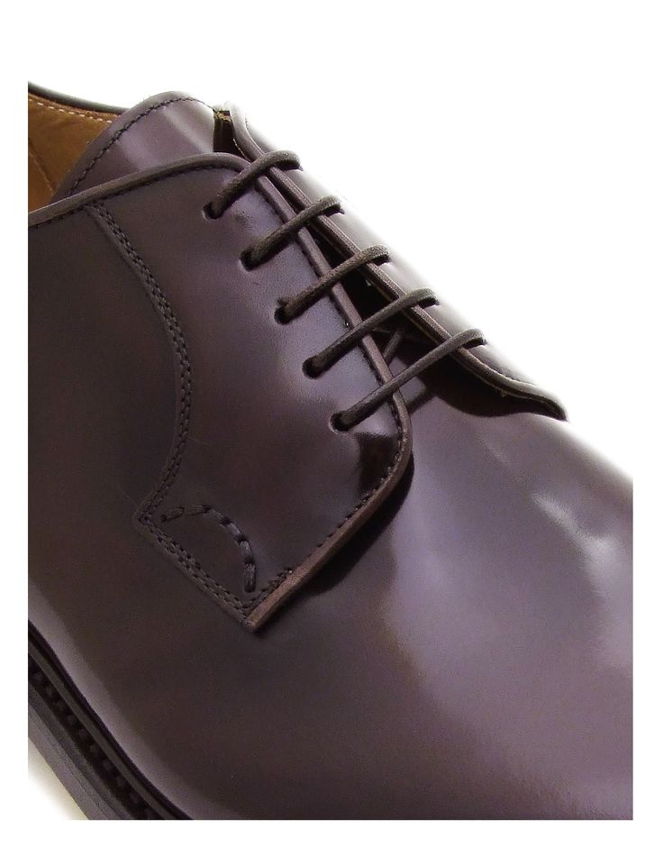you can see the open fastening that distinguish the derby shoe