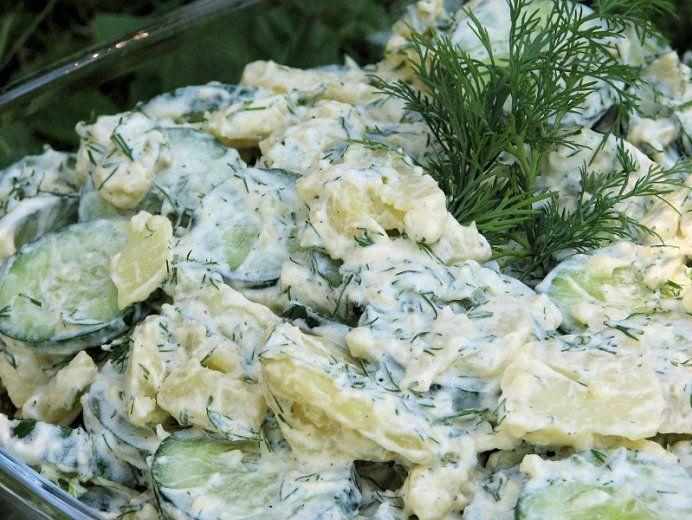 Koperkowa sałatka z ziemniakami i zielonymi ogórkami