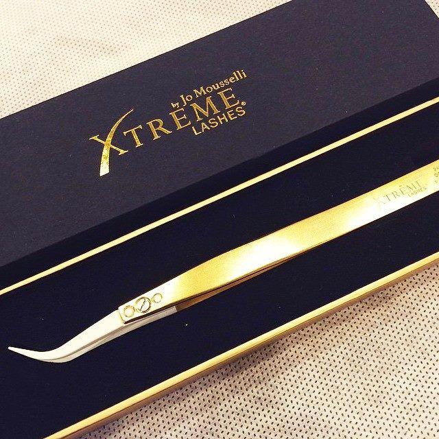 Aplicarea Xtreme Lashes devine din ce în ce mai fabuloasă! În curând pensetă specială pentru Tehnica Volume placată cu aur 24K.  www.xtremelasehes.ro