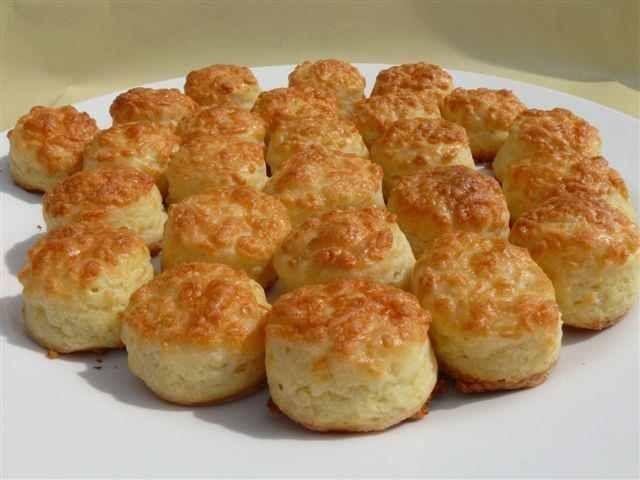 Nem elírás, a túró, a margarin s a liszt 1-1-1 arányban van, nem lehet elrontani, biztos a siker! Hozzávalók 50 dkg liszt 50 dkg margarin 50 dkg túró (sovány) 3 dkg só 1 csom. sütőpor 20 dkg sajt 2 db tojás Elkészítés 50 dkg lisztet átszitálunk és elkeverünk 1 csomag sütőporral és 3 dkg sóval. …