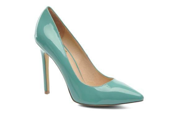 Vind je witte schoenen onder je jurk saai? Denk dan eens aan deze blauwe schoenen!