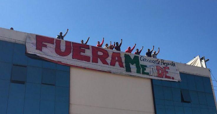 """OAXACA (SinEmbargo).- El precandidato presidencial de la coalición """"Todos por México"""", José Antonio Meade Kuribreña, fue recibido este día en Oaxaca con pancartas de protesta. Integrantes de la Sección 22 de la Coordinadora Nacional de Trabajadores de la Educación (CNTE) colocaron frente al Centro de Convenciones de la capital oaxaqueña– donde arribaría el ex Secretario…"""