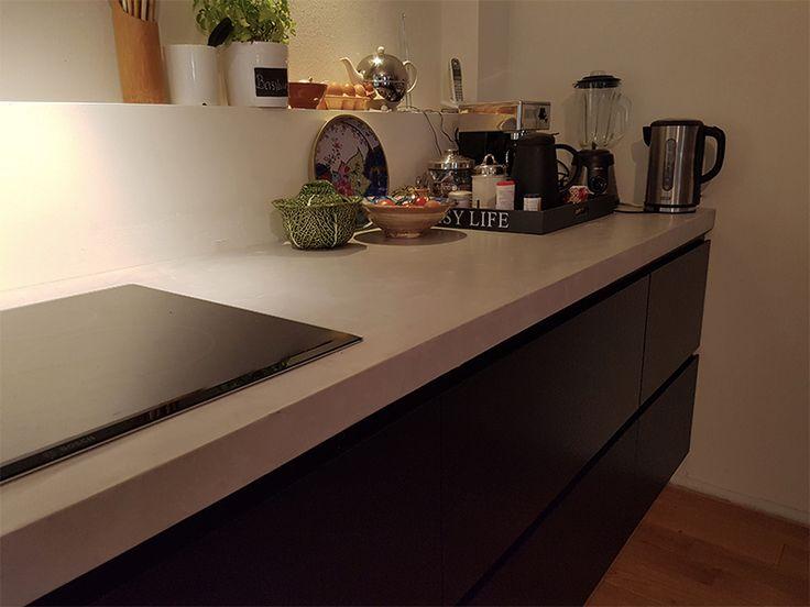 Deze moderne keuken met betonnen blad en mat zwarte deuren is echt een eyecatcher voor in uw huis!  Zou jij dit in jouw interieur willen hebben? Bekijk dan op onze website! http://www.intia.nl/ Like for a like.