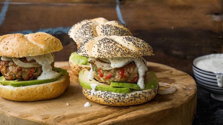 Kippenburger met avocado en feta  | VTM Koken