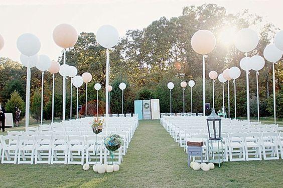 Une décoration en extérieur avec des ballons géants