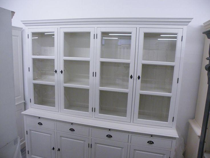 Ein wunderschönes Möbelstück aus unserer Serie Cornwall. Diese weiße Vitrine erfüllt durch ihr individuelles Design und das wunderbar verarbeitete Holz von massiver Qualität die Träume aller Freunde des Landhausstils. Dieses...
