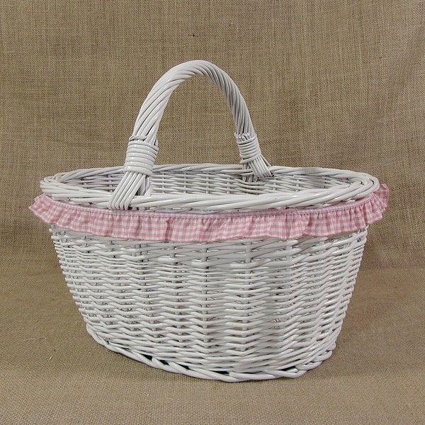Koszyk wiklinowy - malowany na biało z różową falbanką
