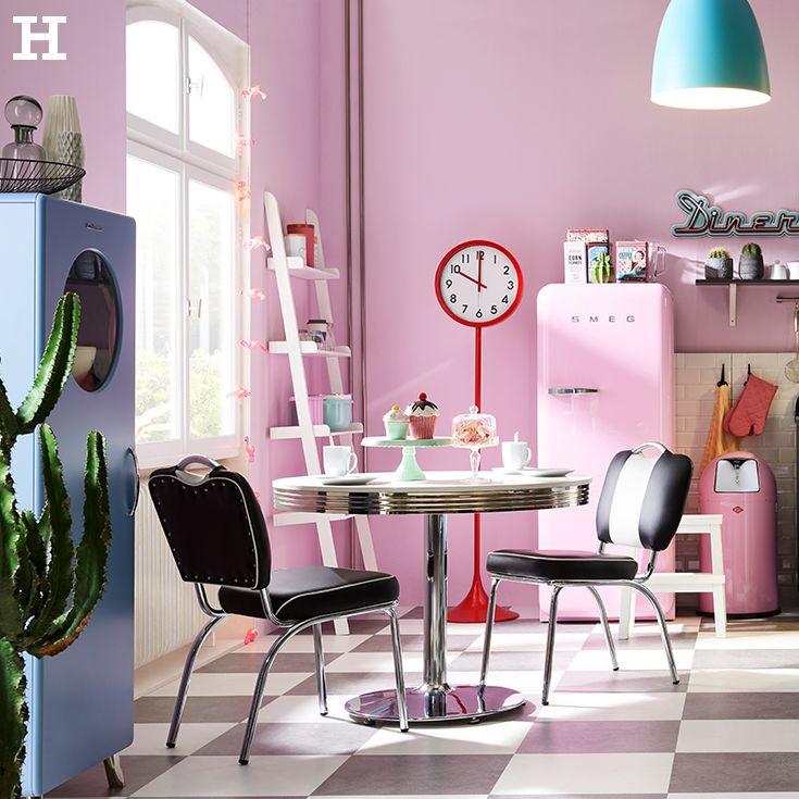 Eine Traumküche im 50er Jahre-Look mit viel Farbe. Candy Colours eignen sich für diesen Look total! Noch ein paar Details im Retro-Look dazu - schon ist die Kücher perfekt abgestimmt! #candy #küche #idee