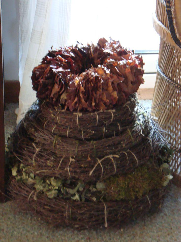 Verschillende soorten kransen, van bladeren en takken gemaakt.Ook de maat is per krans anders.