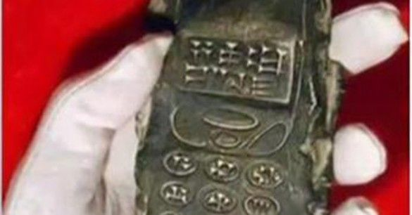 ¿Tecnología antigua? Antigua tablilla con forma de celular podría revelarnos la verdad de nuestro origen e historia.