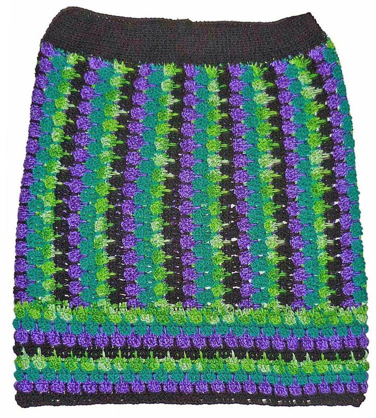 Falda tejida a crochet en hilo Textil Amazonas en colores negro, verde azulado, verde matizado y lila, talla M
