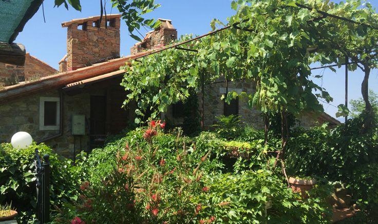 Maisonettewohnung aus Naturstein mit eigenem Eingang und Garten auf zwei Ebenen, 6 Räume ca 100 m2. anz Die Decken mit Holzbalken und Ziegel.
