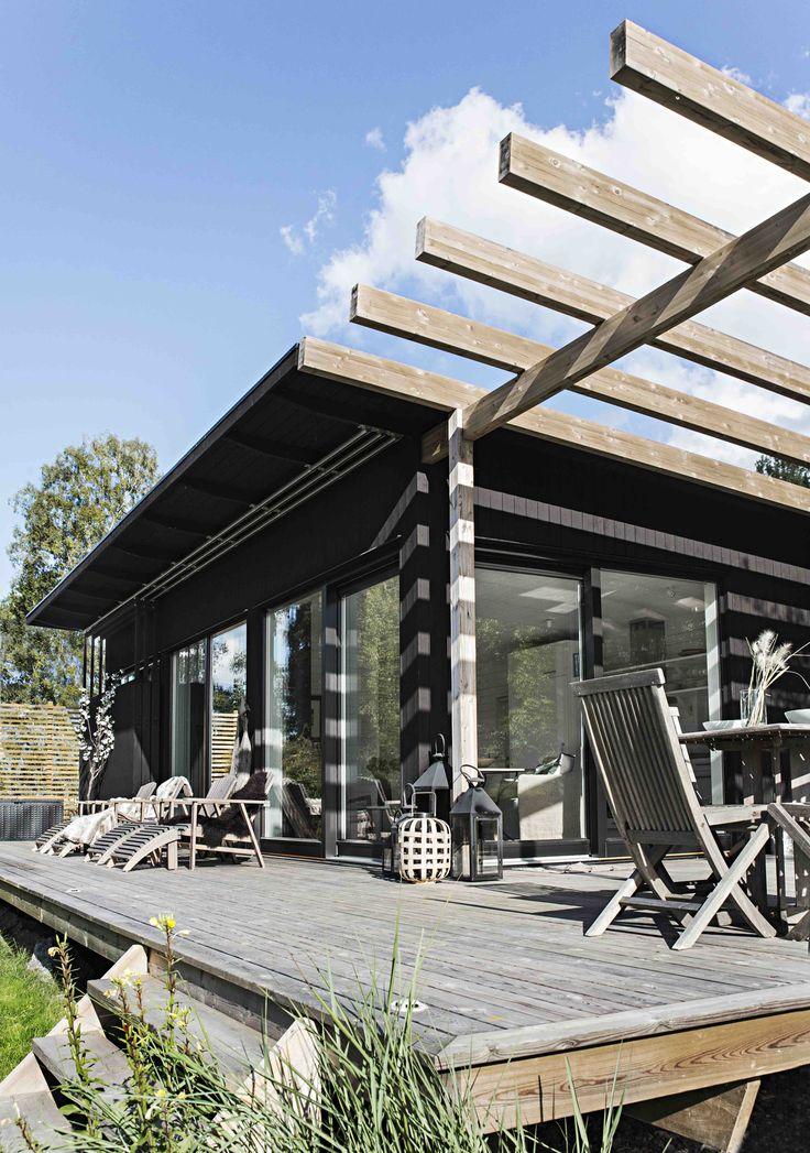 Skräddarsytt arkitektritat hus - www.sommarnojen.se #exterior #architecture #skandinaviskdesign #skandinaviskarkitektur #sommarhus #fritidshus #pergola #altan #uterum
