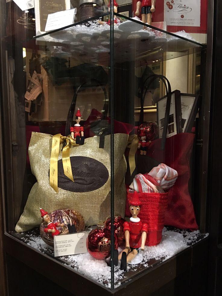 Vetrine di Natale del Florian di Firenze - Christmas shop windows of Florian in Florence #Christmas #Natale #Gift #shoppingbag #shopping #bag #borsa #Florian #Pinocchio