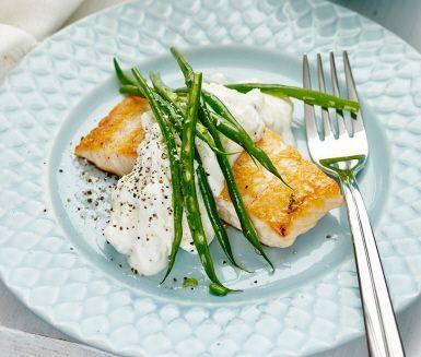 Fisk och potatis är både gott och nyttigt, och den här stekta laxen med fetakräm är en fräsch, lättlagad rätt som går snabbt att svänga ihop. Den enkla såsen på matyoghurt och fetaost kompletterar laxen väl, samtidigt som krispiga haricots verts tillför en frisk touch.