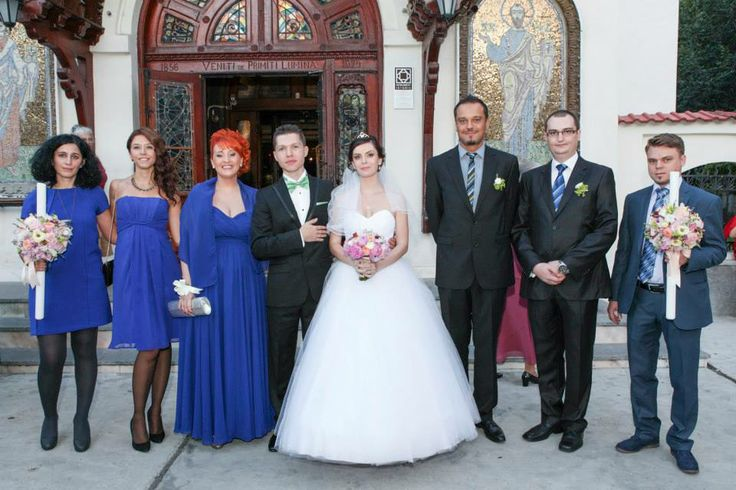 Bride and groom with the bridesmaids and groomsmen. Photo credit: http://www.pinterest.com/tzutzu75/