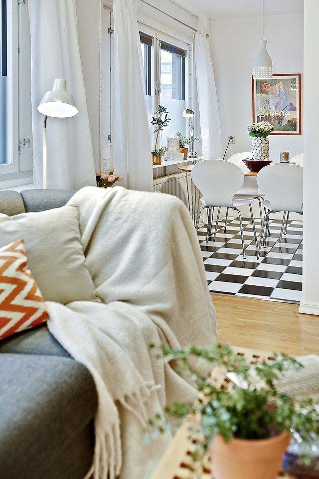łączenie podłogi i czarno-białej szachownicy we wnętrzach,jak łączyć różne podłogi i posadzki w mieszkaniu,czarno-biała szachownica i drewniana podłoga we wnętrzach,łączenie czarno-białych płytek podłogowych z panelami w mieszkaniu