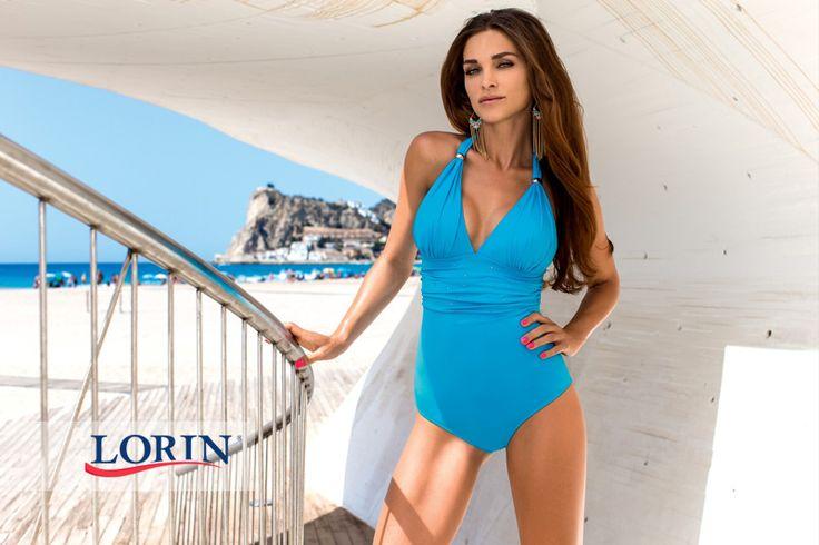 Strój kąpielowy Merlin 7322: Intensywny, modny odcień niebieskiego, ozdobne marszczenia i srebrne koraliki dodające uroku. Lorin 2015