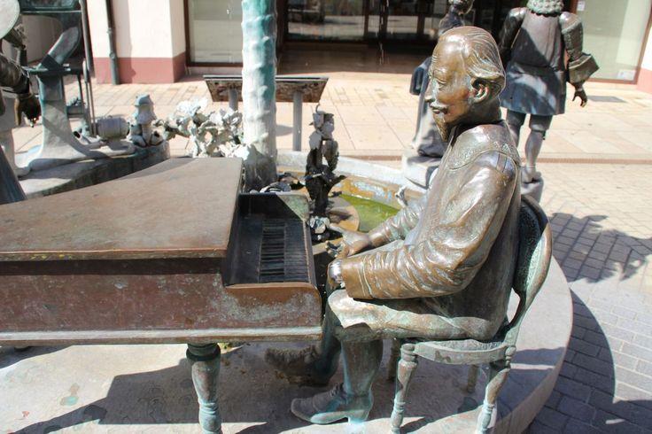Klavierspieler am Brunnen