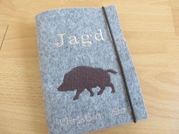 Eine tolle Geschenkidee für jeden Jäger!!  Robuster Einband feinstem, 100%igem Design-Wollfilz - passend für den deutschen Jagdschein im Format 11x15cm.  Bestickt mit Wildschwein-Silhouette und...