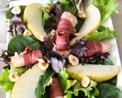 Salade au magret de canard fumé, noisettes, poires et copeaux de foie gras : http://www.cuisineaz.com/recettes/salade-au-magret-de-canard-fume-noisettes-poires-et-copeaux-de-foie-gras-89883.aspx