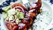 Grillade kycklingspett med fetaostsallad och tzatziki | Recept