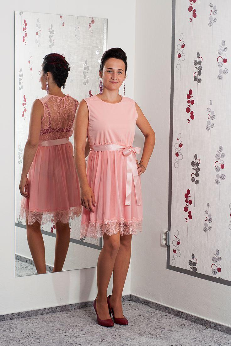 093. Růžovoučké šaty s mašlí kolem pasu a krajkou na zádech.  Vel.: 38  Cena: 650,- kč