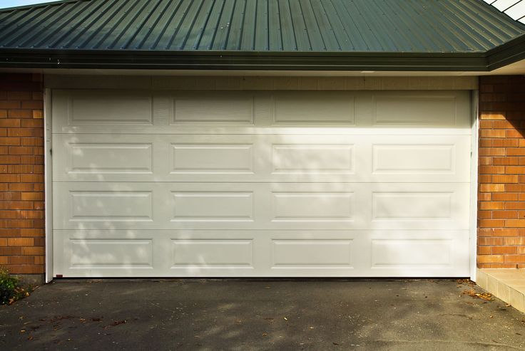 Dominator Somerset Sectional Door in Titania