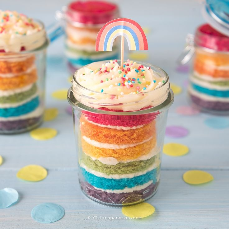 Cercate una torta allegra e colorata perfetta per festeggiare un Compleanno o per un party all'insegna del colore?  LaRainbow cakeo torta arcobalenoè quella che fa per voi, se poi la servite in barattolo diventa subito Fashion di Gusto!  La rainbow cake è un dolce composto da 6 strati di torta, o