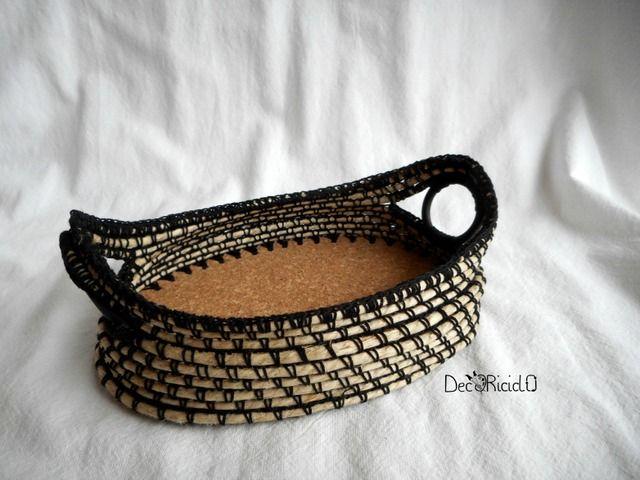decoriciclo: Cestino di spago e cotone, con i manici ad anello e la base di sughero