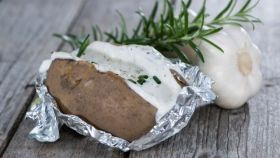 Tvarohová plnka s cesnakom do pečených zemiakov