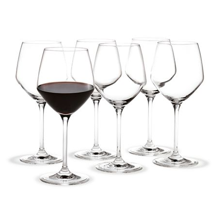 The red wine glass with a volume of 35 cl is a great all-round glass with a relatively large surface for most red wines and rosés – as well as for strong white wines that require room to develop. #holmegaard #perfection #redwineglass