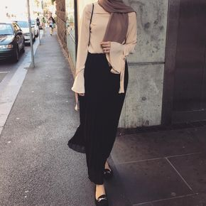 Nude long sleeves top and black pencil skirt | (@modestlifestyleblog on Instagram)