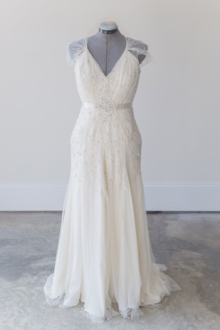jenny packham willow size 6 this iconic jenny packham willow gown features a flowing sheath silhouette exquisite beading detail a plunging v neck