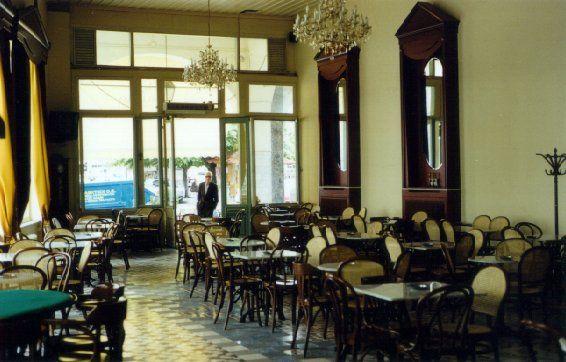 Το παραδοσιακό ελληνικό καφενείο είναι ένας θεσμός που μετράει χρόνια στην ελληνική κοινωνία. Ξεκίνησε αφιερωμένος σχεδόν αποκλειστικά στους άνδρες και παρ